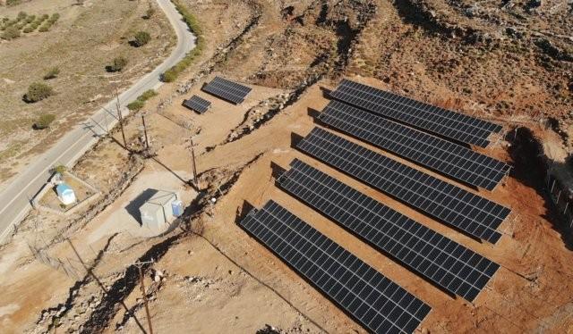 Một hòn đảo nhỏ của Hy Lạp có tên là Tilos sẽ sớm trở thành hòn đảo đầu tiên ở Địa Trung Hải hoàn toàn chỉ sử dụng năng lượng gió và năng lượng mặt trời (Ảnh Associated Press)