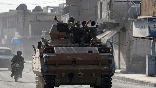 Các chiến binh nổi dậy Syria do Thổ Nhĩ Kỳ hậu thuẫn trên một chiếc xe quân sự ở thị trấn Tal Abyad, Syria (Ảnh: Reuters)
