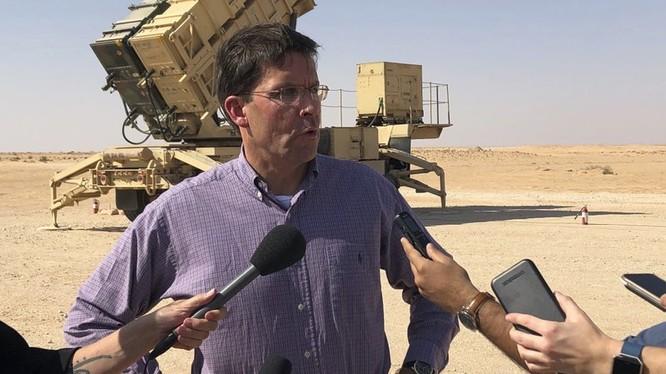 Bộ trưởng Quốc phòng Mỹ Mark Esper trả lời báo giới (Ảnh: AP)