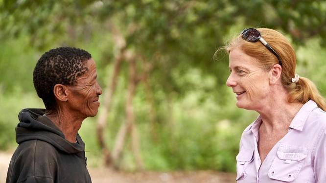 Nhà nghiên cứu Vanessa Hayes trò chuyện với tộc trưởng (Ảnh: Reuters)