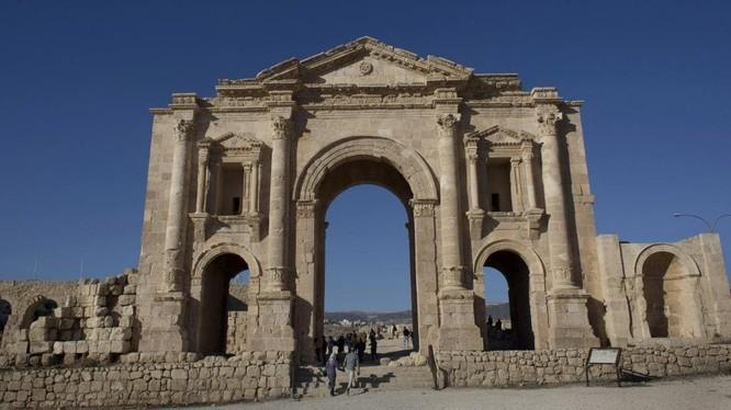 Một vụ tấn công tại địa điểm du lịch nổi tiếng nhất Jordan khiến 8 du khách bị thương (Ảnh: AP)