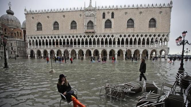 Thành phố nổi trên mặt nước giờ đang chìm trong nước (Ảnh: AP)