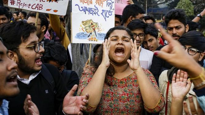 Số người thiệt mạng trong các cuộc iểu tình phản đối Luật công dân vẫn tiếp tục tăng (Ảnh: AP)
