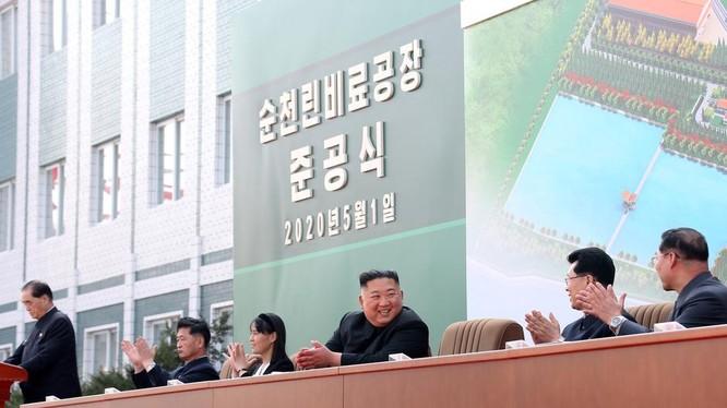 Hình ảnh ông Kim Jong Un tại buổi lễ khánh thành nhà máy phân bón (Ảnh: KCNA)