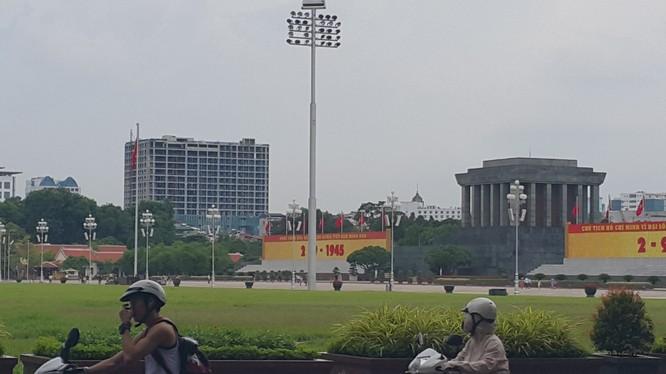 Tòa nhà 8 B Lê Trực nhìn từ đường Hoàng Văn Thụ