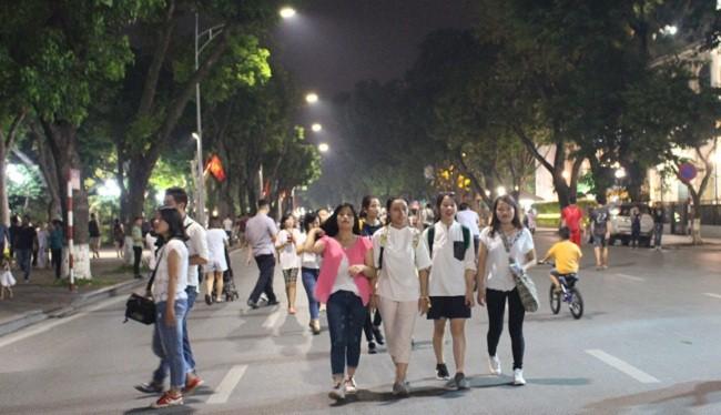 Nhiều người tỏ ra rất thích thú với không gian đi bộ quanh Hồ Hoàn Kiếm.