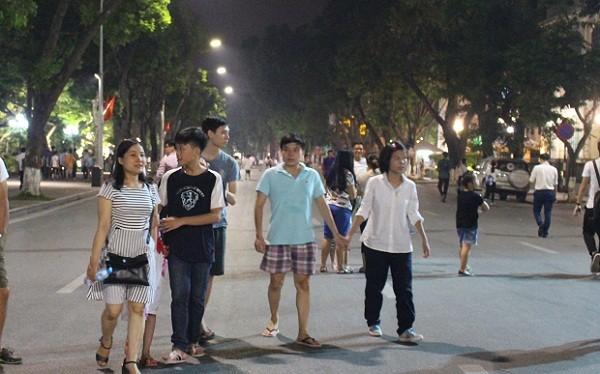 Hà Nội thu hơn 500 tỷ trong 4 ngày thí điểm phố đi bộ- (Ảnh: Đình Khương).
