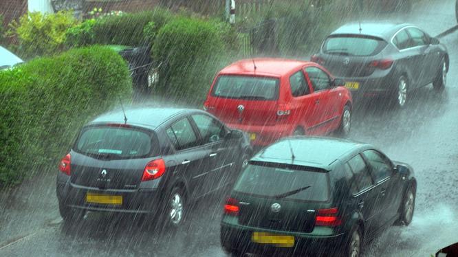 Với nhiều người, việc phải lái xe khi trời mưa gây ra rất nhiều lo lắng.