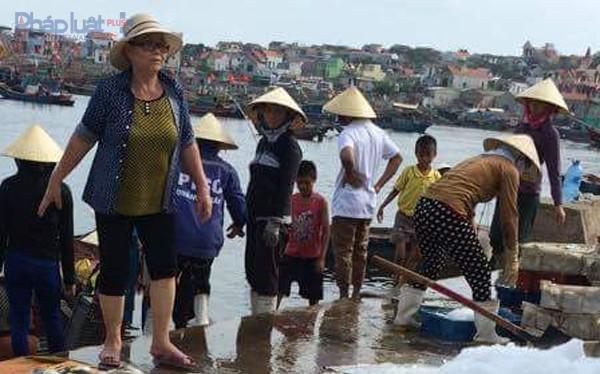 Khoảng 50 tấn cá lồng tại Vụng Nghi Sơn chết trắng- (Ảnh: Pháp Luật Việt Nam).