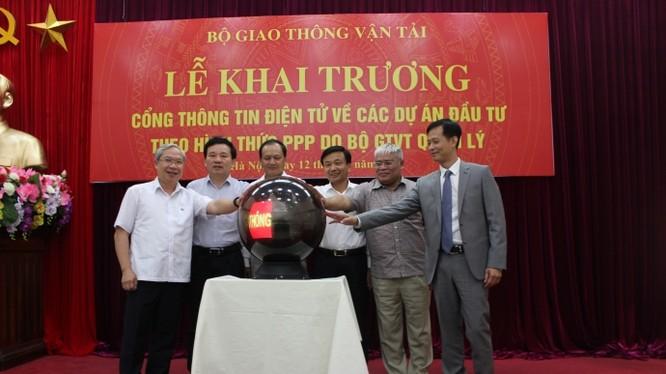 Thứ trưởng Nguyễn Nhật cùng các đại biểu tham gia nhấn nút khai trương Cổng thông tin điện tử về các dự án PPP- (Ảnh: Báo Giao Thông).