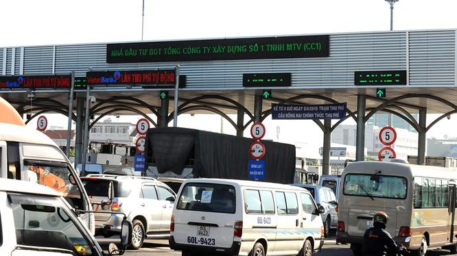 Bị dừng thu phí nếu để hơn 100 xe xếp hàng- (Ảnh: Dân Trí).
