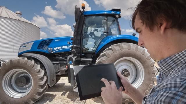 Người nông dân hoàn toàn có thể kiểm soát hoạt động và giám sát công việc của máy kéo tự lái thông qua ứng dụng di động cài đặt trên máy tính bảng hoặc điện thoại thông minh.