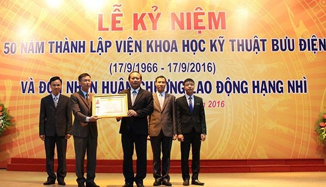 Thừa ủy quyền của Chủ tịch nước, Bộ trưởng Bộ TT&TT Trương Minh Tuấn trao Huân chương Lao động hạng Nhì cho Lãnh đạo Viện Khoa học Kỹ thuật Bưu điện.