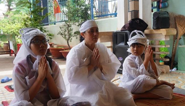 Gia đình nạn nhân Nguyễn Kim Danh - (Nguồn Internet)