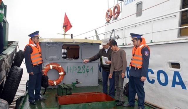 Lực lượng chức năng bắt giữ 1 vụ buôn lậu xăng dầu trên biển.