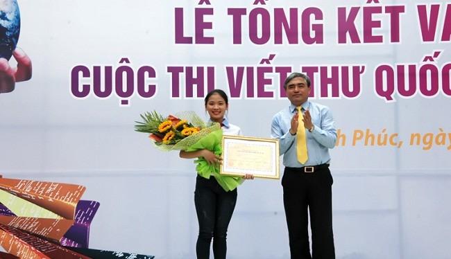 Thứ trưởng Bộ TT&TT Nguyễn Minh Hồng trao giải nhất viết thư quốc tế UPU lần thứ 45 của Việt Nam cho em Thu Trang- (Ảnh: MIC).