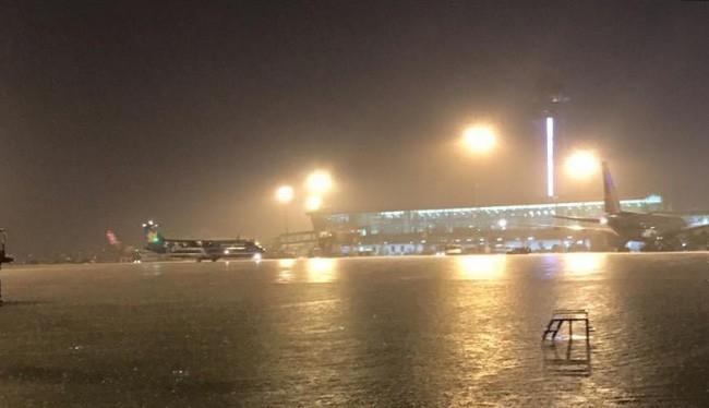 """Sân bay """"bể bơi"""" Tân Sơn Nhất trong trận mưa vừa qua - (Nguồn Internet)"""