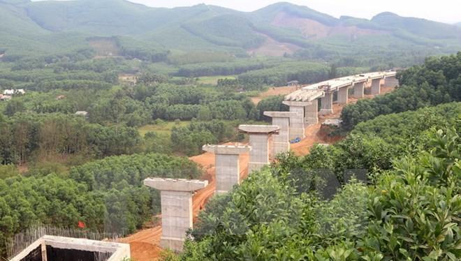 Cầu vượt Tây Hy trên tuyến La Sơn- Túy Loan đoạn qua huyện Phú Lộc (Thừa Thiên-Huế) đang được đẩy nhanh tiến độ thi công. (Ảnh: TTXVN).