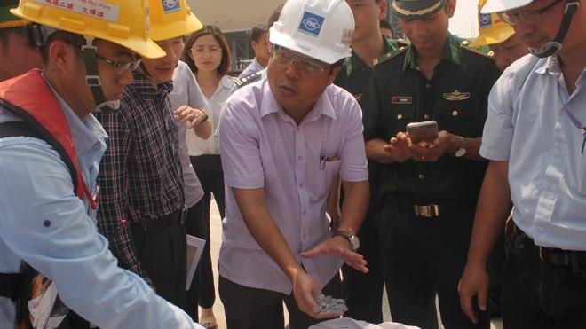 Cơ quan chức năng lấy mẫu bùn boxit - (Nguồn Internet)