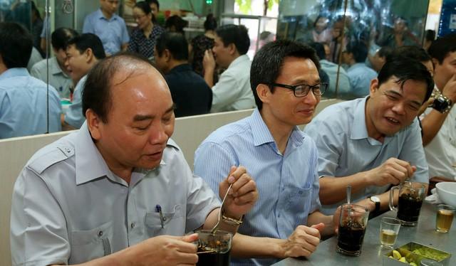 Thủ tướng ăn sáng tại một quán phở trên đường Nguyễn Huệ