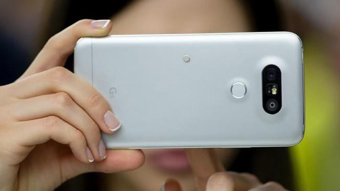 Ống kính thứ 2 trên G5 hỗ trợ chụp góc rộng 135 độ rất hữu dụng cho nhiều trường hợp-(Ảnh: AFP).