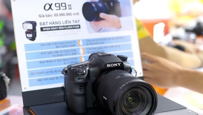 Chưa đầy một tháng sau khi trình làng trên toàn thế giới. Sony đã mang mẫu Alpha A99 II về Việt Nam. Sản phẩm đang trưng bày tại Sony Show 2016 tại Hà Nội và có giá đặt trước là 69,99 triệu đồng. Mức giá này rẻ hơn so với thị trường Mỹ là 3.200 USD (tương