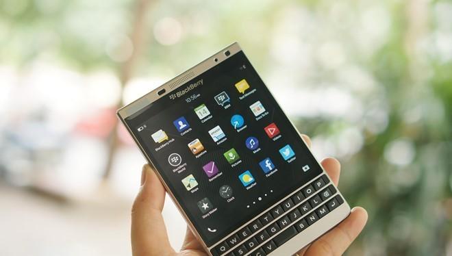 BlackBerry Passport màu bạc hiện có giá bán 8,99 triệu đồng. Ảnh: Thành Duy.