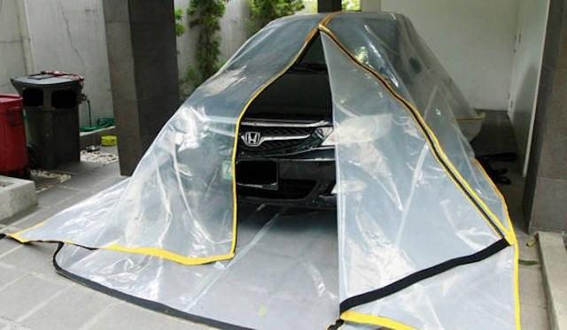 Một loại túi Carbag Floody có phản quang và mép dán ra vào dùng để chạy lũ cho xế hộp, bán tại Philippines