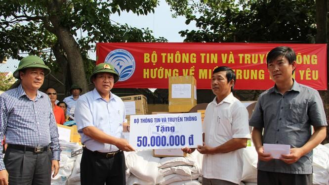 Bộ trưởng Bộ TT&TT đã đến thăm, động viên và tặng quà cho đồng bào bị thiệt hại nặng nề do thiên tai vừa xảy ra tại tỉnh Quảng Bình.