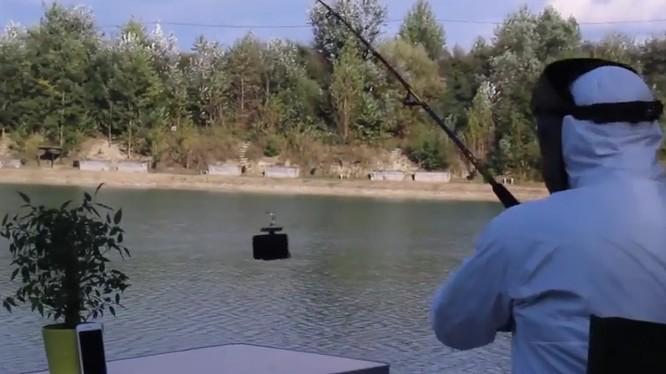 Dùng iPhone 7 làm mồi câu cá.