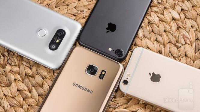 Luôn có những tranh luận không dứt về tính ưu việt của 2 nền tảng Android và iOS- (Ảnh: PhoneArena).