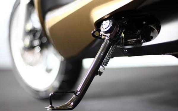Chân chống nghiêng xe máy luôn được thiết kế ở bên trái xe (Ảnh: Internet)