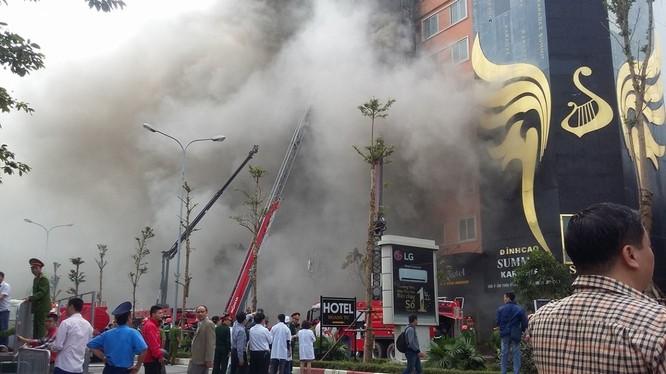 Lực lượng chữa cháy cố gắng dập lửa đám cháy chiều 1/11- (Ảnh: Tuổi Trẻ).