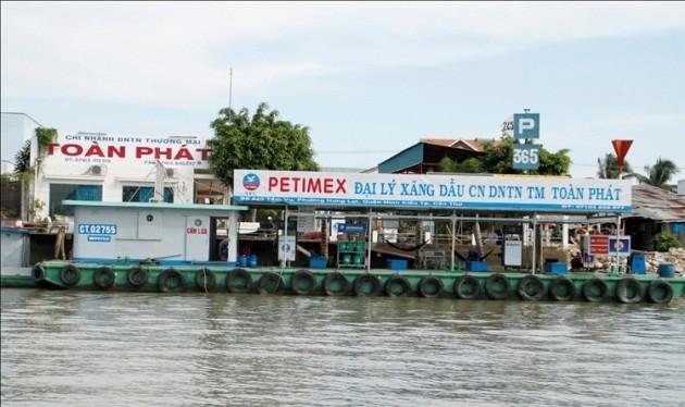 Trạm xăng dầu trên mặt nước tại Chợ nổi, Cái Răng- Cần Thơ- (Ảnh minh họa).