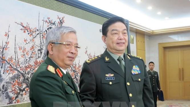 Thứ trưởng Bộ Quốc phòng Việt Nam Nguyễn Chí Vịnh (trái) và Bộ trưởng Quôc phòng Trung Quốc Thường Vạn Toàn (phải) tại buổi tiếp. (Ảnh: Vĩnh Hà/TTXVN).