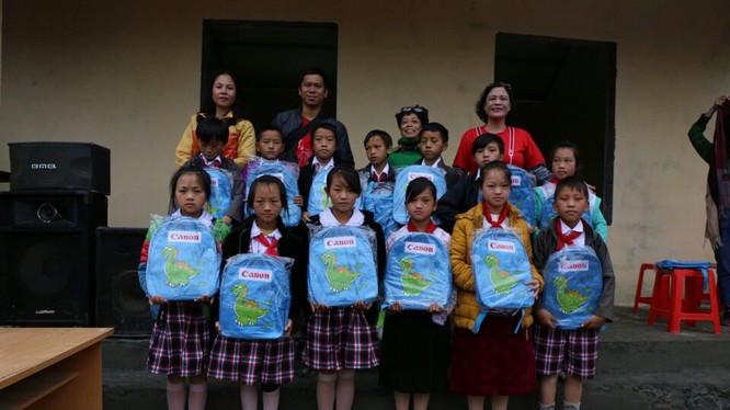 Các em học sinh được tặng bộ dụng cụ học tập thiết yếu.