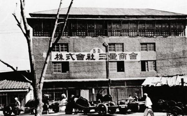 Samsung: Tập đoàn đa quốc gia Samsung được thành lập vào năm 1938 bởi Lee Byung-chull. Khi đó, Samsung là công ty thương mại nhỏ, mua bán trao đổi các mặt hàng thực phẩm. Năm 1954, công ty phát triển thêm nhiều hướng kinh doanh khác nhau như bảo hiểm, bán