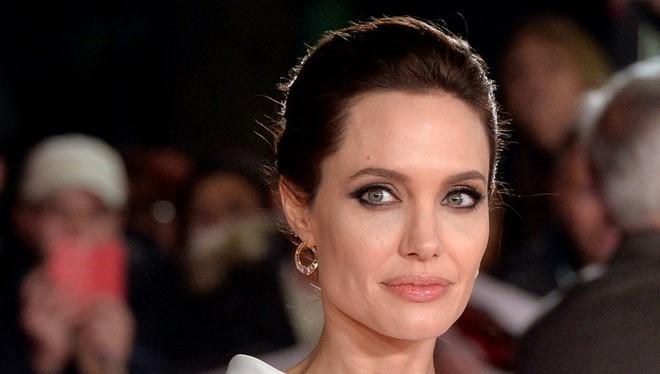 Angelina Jolie - Người phụ nữ quyền lực nhất nhì Hollywood chia sẻ với tờ USA Today việc cô biết tới trang web mua sắm Amazon.com lần đầu vào năm 2011.