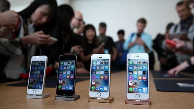 iPhone SE không nhận được sự quan tâm lớn từ phía người dùng- (Ảnh: AFP).
