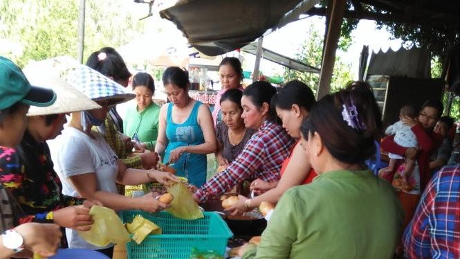 Người dân xã Lương An Trà, Tri Tôn (An Giang) chuẩn bị thực phẩm tiếp tế cho bộ đội - Ảnh người dân cung cấp
