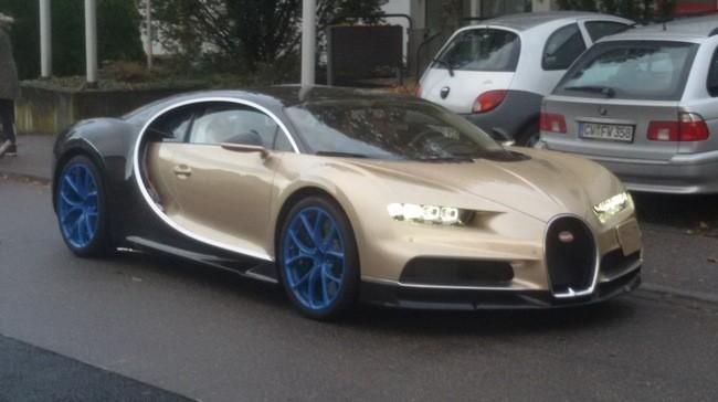 Bugatti Chiron màu vàng phối đen.