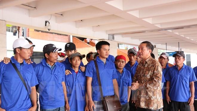 Đại sứ Việt Nam tại Indonesia gặp các ngư dân trước khi về nước. (Ảnh: Vietnam+)
