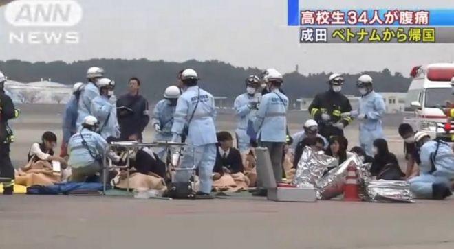 Các học sinh Nhật Bản phải cấp cứu khi máy bay vừa hạ cánh