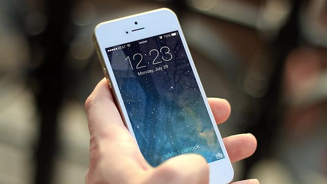 iPhone bị nghi ngờ giữ lại lịch sử cuộc gọi của người dùng- (Ảnh: AFP).