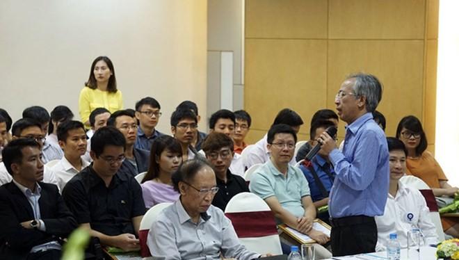 Tiến sỹ Nguyễn Long giao lưu cùng các tác giả lọt vào Chung khảo Nhân tài Đất Việt. (Nguồn: BTC)