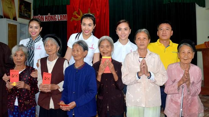 Ông Hoàng Việt Cường cùng Hoa hậu Phạm Hương, Á hậu Lệ Hằng và Á hậu Thiên Lý trao hơn 200 phần quà đến người dân xã đảo Xuân Giang.