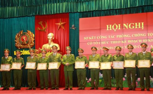 Thứ trưởng Lê Quý Vương trao Bằng khen của Bộ Công an cho các tập thể, cá nhân có thành tích xuất sắc.