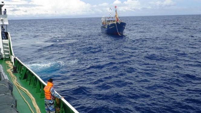 Tàu cảnh sát biển 6007 tiếp cận và lai kéo tàu cá bị nạn về bờ - Ảnh: Đ.ĐỊNH