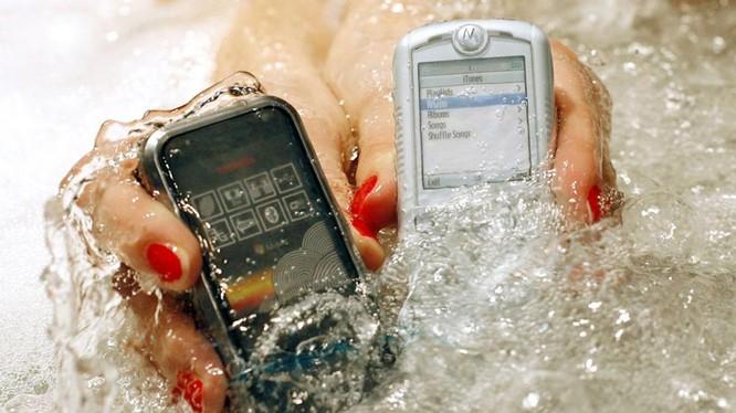 Các điện thoại chống nước phát hành cho thị trường Nhật năm 2008. Ảnh: AP