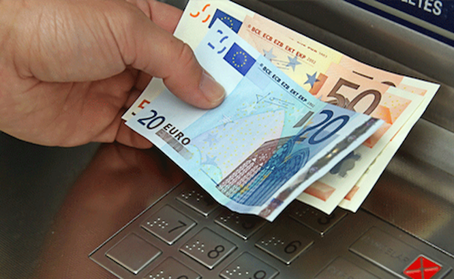 Nhiều ATM tự động nhả tiền sau khi bị cài phần mềm độc hại.